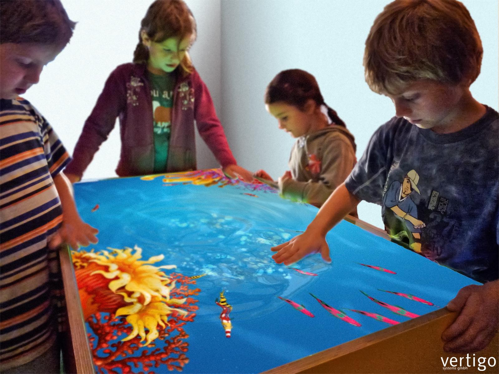 Am Interaktiven Kinderspieltisch Gemeinsam Spielen Und Spaß Haben